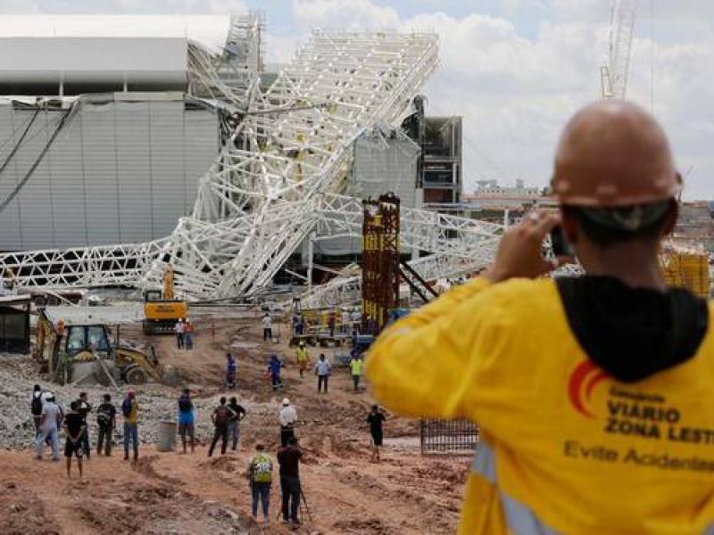Estrutura de Estádio da Copa desaba e mata dois operários