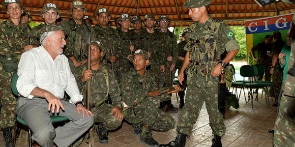 Site ligado a militares elogia passagem de Jaques Wagner na Defesa