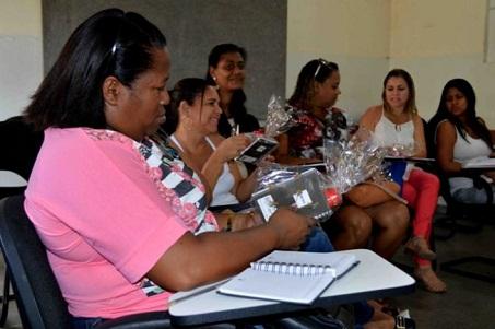 Prefeitura entrega certificados da Escola na terra a professores