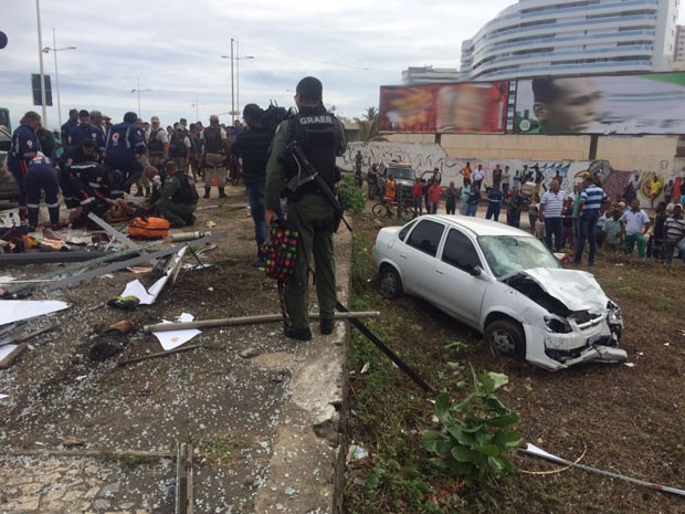Bandidos invadem ponto de ônibus com carro atropela 3 e mata duas pessoas
