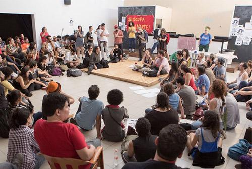 Artistas e ativistas ocupam dependencias da Funarte em São Paulo na tarde desta terça-feira (17); movimento é uma reaçao à extinção do Ministério da Cultura (Foto: Mauricio Pisane/FramePhoto/Estadão Conteúdo)