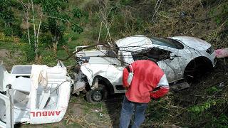 Ambulância colide com caminhão e deixa mortos e feridos na Estrada do Feijão