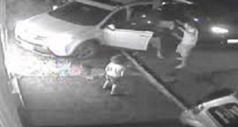 Criança se desespera ao ver bandidos levarem seu pai