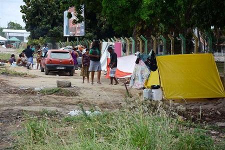 Equipe do Centro Pop Rua realiza abordagem social junto a família que ocupa área no CSU