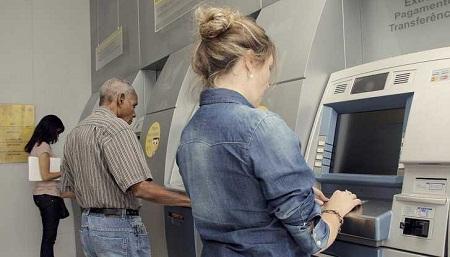 Fechamento de bancos transfere vencimentos de hoje para segunda-feira