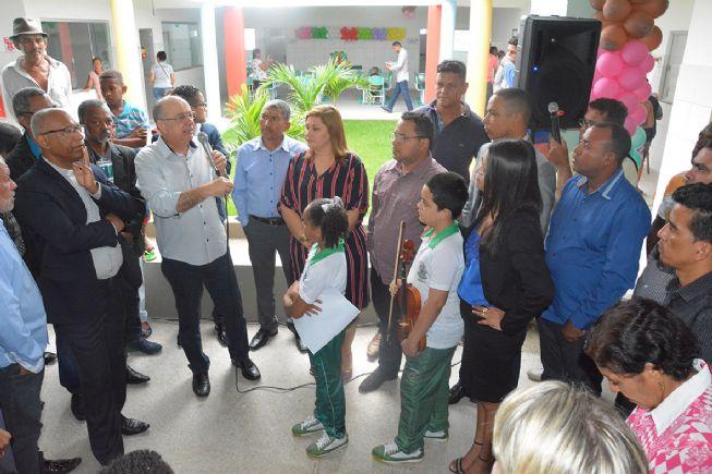 O prefeito José Ronaldo reinaugura a Escola  no Aviário
