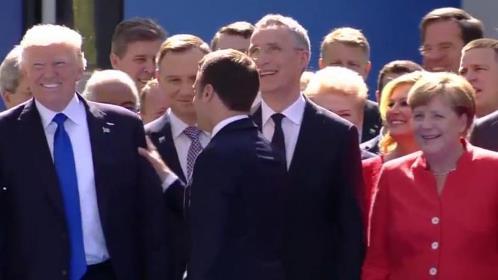 Macron desvia-se de Trump para cumprimentar Angela Merkel