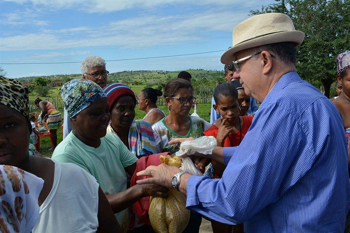 Mais agricultores recebem sementes de milho e feijão