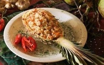 Risoto thai de camarão com abacaxi ao curry e chips de coco
