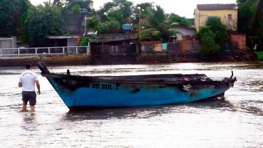 Barco com seis ocupantes pega fogo em Ilhéus e duas pessoas têm parte do corpo queimado