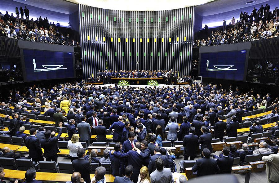 Deputados tomam mesa da Câmara e cobram discussão da crise política