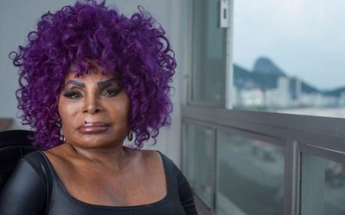 Elza Soares recebe pedido para não abordar política em show e rebate