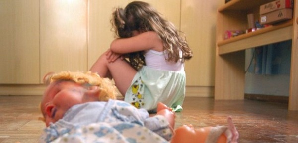 Homens filmam estupro coletivo de menina de 12 anos