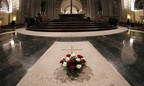 Parlamento espanhol aprova retirada de restos mortais de Francisco Franco de memorial