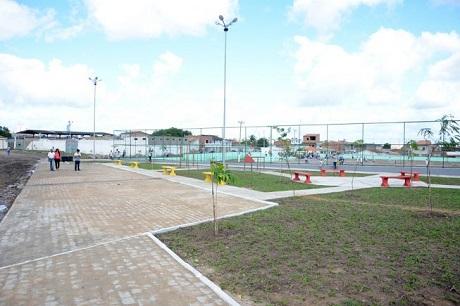 Prefeito de Feira de Santana inaugura praça esportiva no bairro Queimadinha