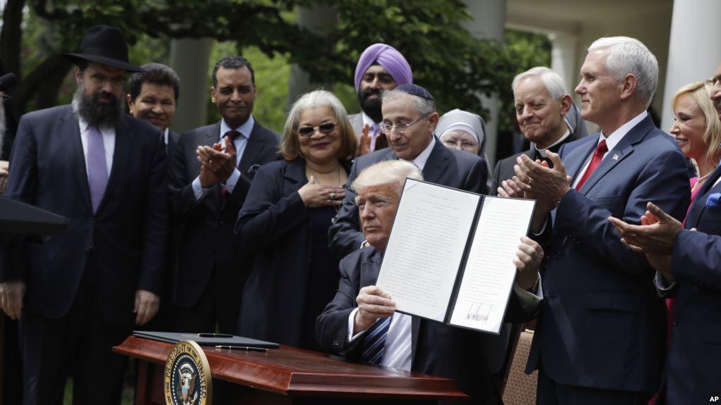 Trump assina decreto que autoriza igrejas a participar em política