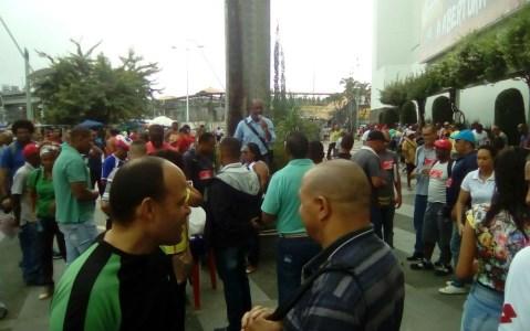 Em greve, vigilantes entram em shopping de Salvador para protestar