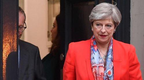 Estratégia de premiê britânica falha e partido Conservador perde maioria