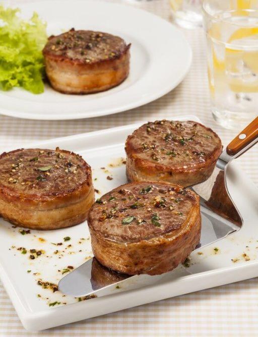 Medalhões de filé mignon com bacon e ervas  Aprenda a fazer este prato elaborado