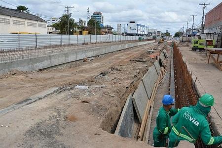 BRT: Operários trabalham nas vigas de coroamento da segunda trincheira