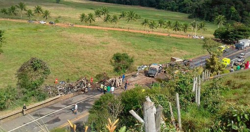 Acidente entre duas ambulâncias, ônibus e carreta deixa 21 mortos na BR-101 no Espírito Santo