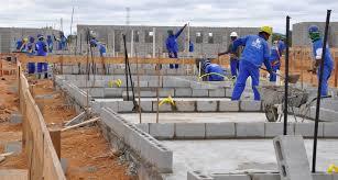 Construção civil emprega menos e paga salário menor, aponta IBGE