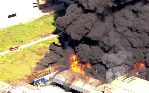 Incêndio atinge indústria química em Guarulhos