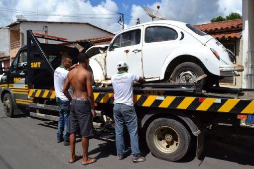 Operação retira sucatas de veículos de vias públicas e notifica proprietários