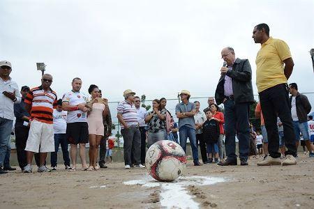 Instalação de alambrado em campo de futebol acaba com incômodo a moradores