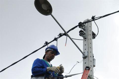 Vândalos destroem mais de 2 mil lâmpadas por ano em Feira de Santana