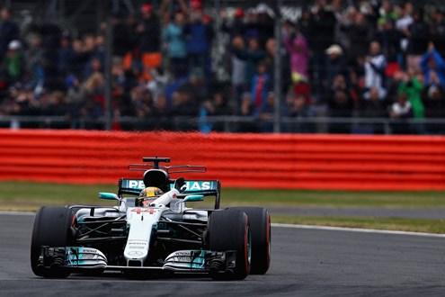Hamilton faz quinta pole na Inglaterra e iguala recorde histórico de Jim Clark