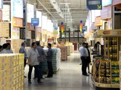 Com consumidores cortando gastos, atacarejo foi o setor varejista que mais cresceu no ano, diz pesquisa