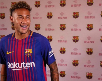 Na mira do PSG, Neymar utiliza camisa do Barcelona em evento na China