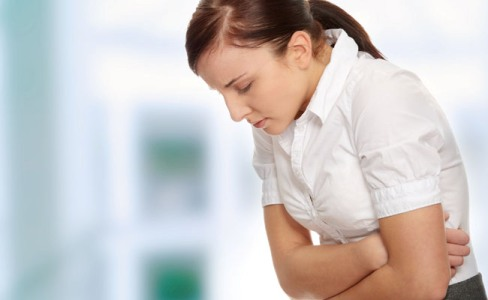 Dor de garganta, tosse seca e rouquidão podem ser sintomas de refluxo