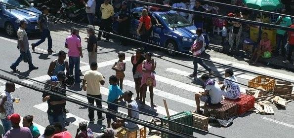 Desobstruindo calçadas, prefeitura ordena relocação de feirantes da Praça Bernardino Bahia