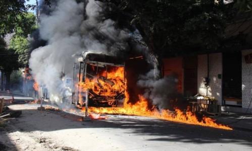 Manifestantes incendeiam ônibus no Rio depois de morte em ação policial