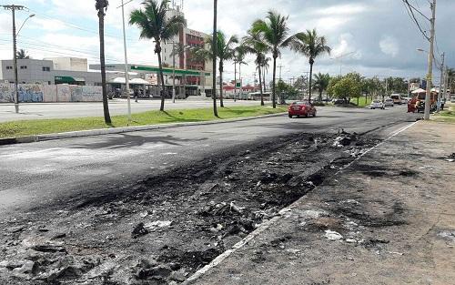 Ônibus incendiado no bairro Tancredo Neves, em Salvador; é o 2º queimado em 24h