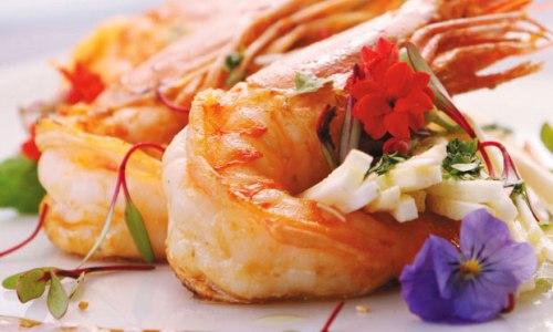 Salada de camarão ao molho de mel e shoyu