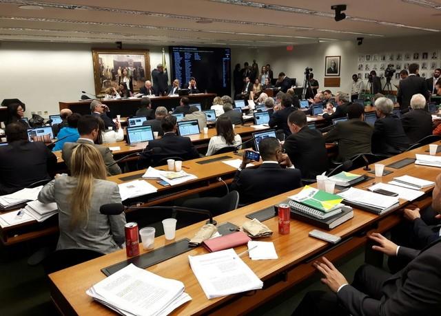 Comissão da Câmara aprova 'distritão' e fundo de R$ 3,6 bilhões para campanhas