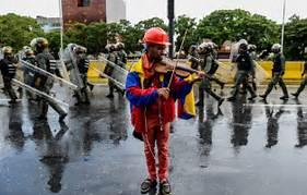 Venezuela liberta violinista que se tornou símbolo de protestos