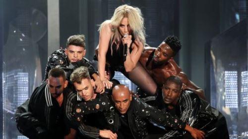 Fibromialgia faz Lady Gaga cancelar turnê na Europa