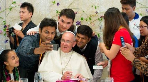 Papa Francisco pergunta a jovem brasileiro'Pelé é melhor que Maradona?'