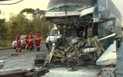 Acidente com ônibus de turismo deixa feridos em Goiânia