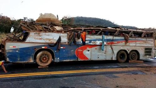 Ônibus tomba mata seis e deixa dezenas de pessoas feridas na BR-146
