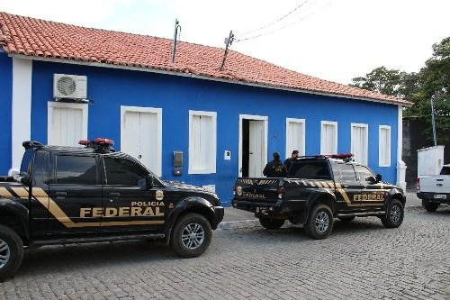 PF apreende arma com secretário e R$ 50 mil em espécie em operação contra fraudes na Bahia