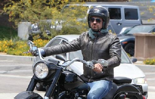 Gerard Butler sofre acidente de moto