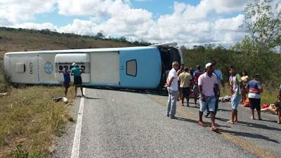 Acidente com ônibus da Entram deixa mortos e feridos em Piritiba