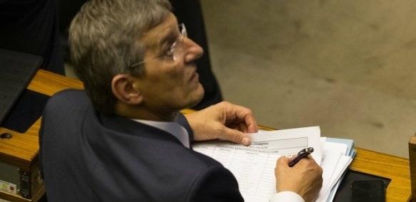 Deputado fotografado com lista de valores na votação da denúncia contra Temer