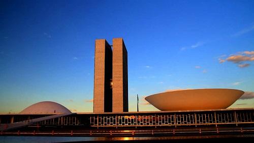 Senado vota afastamento de Aécio e CCJ da Câmara analisa denúncia contra Temer