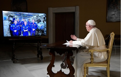 Papa fala com tripulação da Estação Espacial Internacional